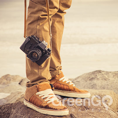 Galapagos-Packing-List-Man-holding-Camera